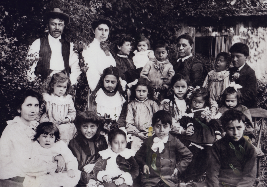 Wyss_Nahanee_family_Joe_and_Seemias_children_and_grandchildren_circa_1905